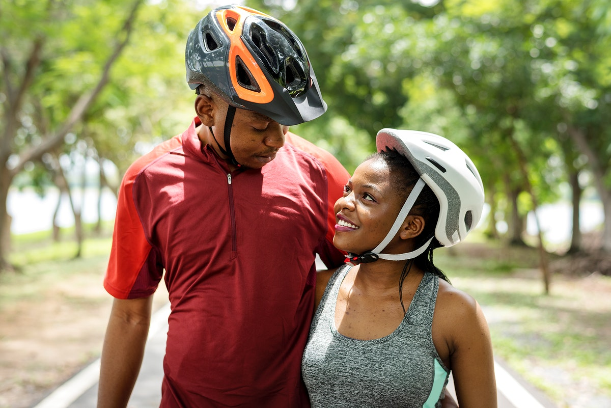 Cyclist couple in a park