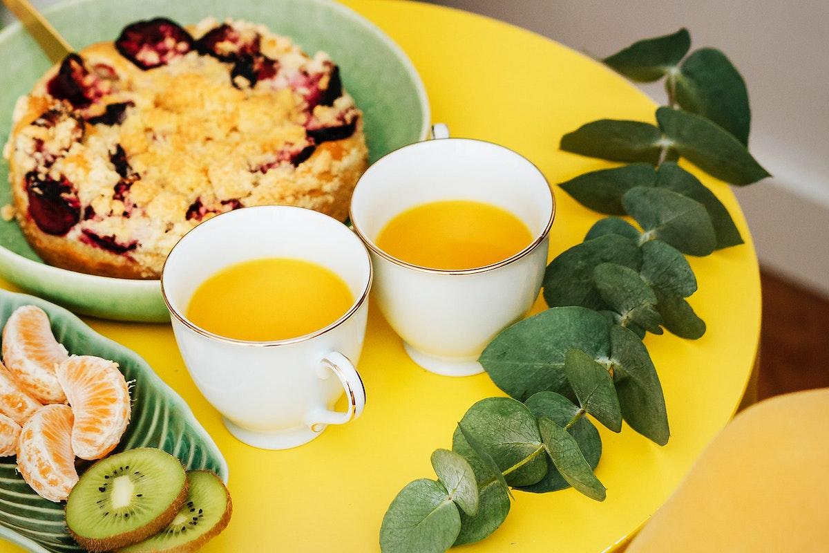 Plum crumble pie with tea