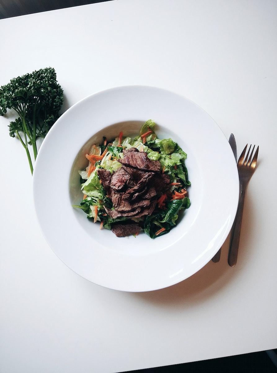 Green salad with beefsteak