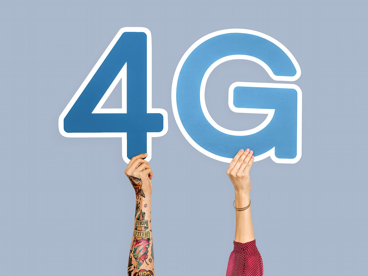 Hands holding up blue letters forming the abbreviation 4G