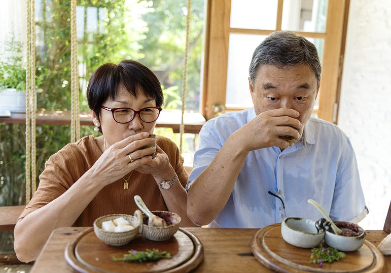 Couple drinking tea in a cafe