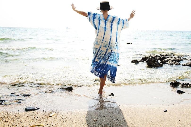 Woman enjoy awalking to the sea