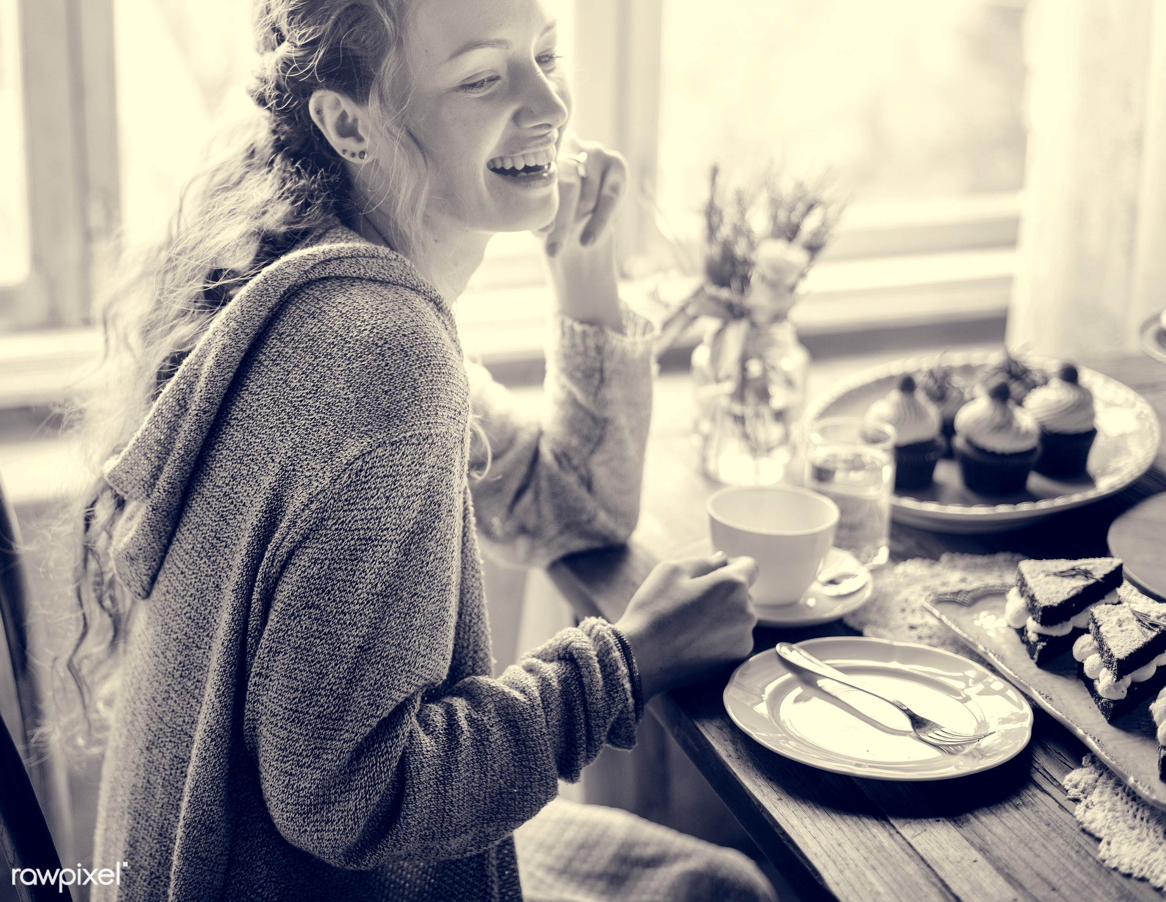 cake, smilng, happiness, smile, cheerful, dish, person, recipe, party, tea, people, together, tea party, friends, bakery,...