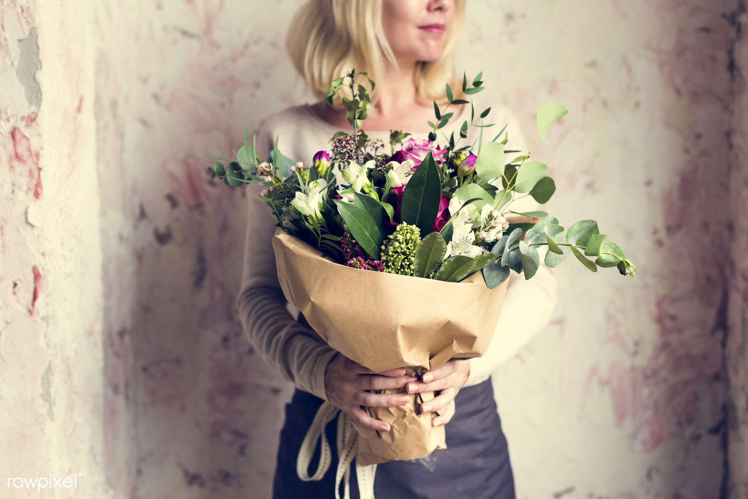 bouquet, detail, person, diverse, holding, show, people, decor, love, nature, woman, care, flowers, cheerful, hold,...