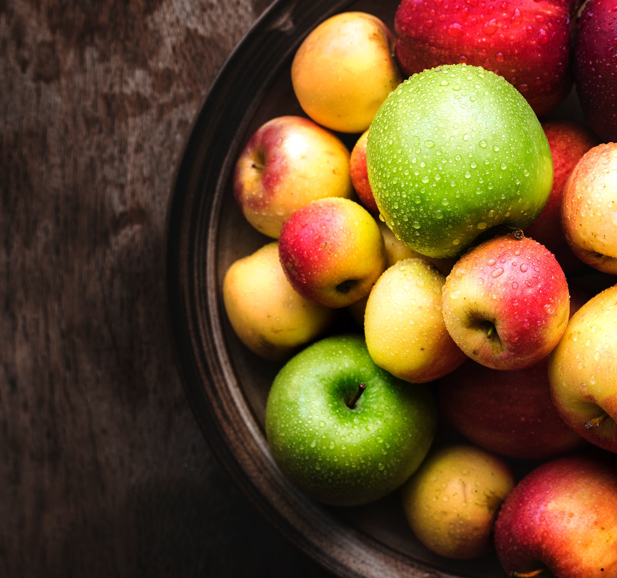 Fresh apples in a bowl