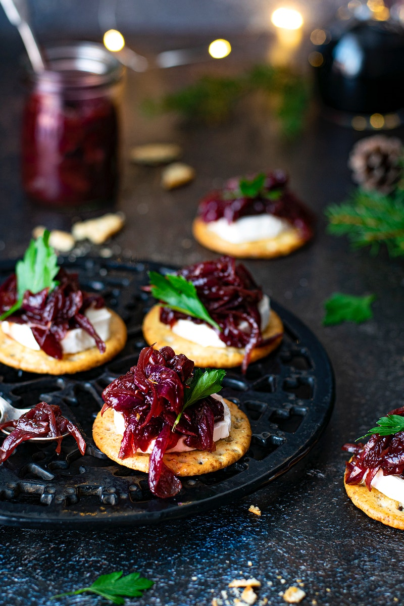 Fresh crackers with onion cranberry jam