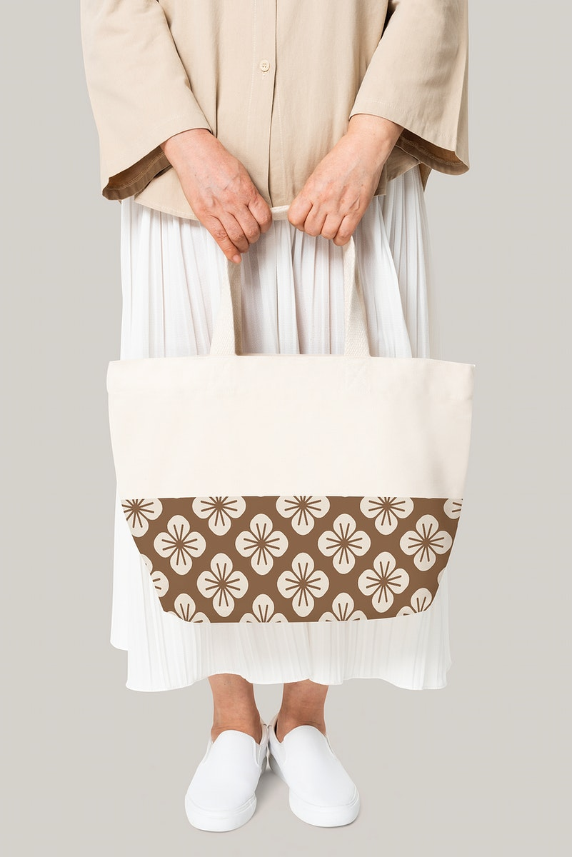 Beige tote bag mockup psd with floral pattern casual apparel